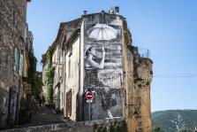 Visages villages - Bonnieux - femme ombrelle collage Visages villages©Agnès Varda-JR-Ciné-Tamaris, Social Animals 2016